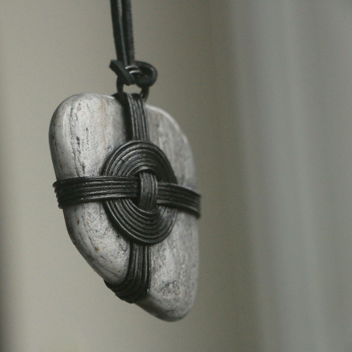 V objetí Šperk je tvořen sloučením dvou zjevně odlišných přírodních materiálů, a to kamene a pedigu. Neslučitelnost je zdánlivá, protože kámen dodá šperku barvu a tvar a pedig jej zjemní. Vlastní kresba a struktura kamene šperk neopakovatelně zkrášlí. Šperk je celo-plošně lakován a zavěšen na černé hranaté kůži, která je cca 1 m dlouhá. Kámen je...