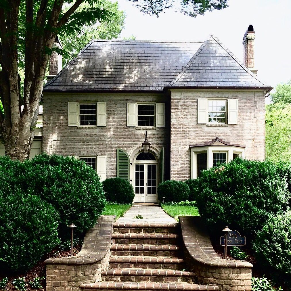 Démoussez la toiture de celle jolie maison pour lui donner une seconde jeunesse et la protéger