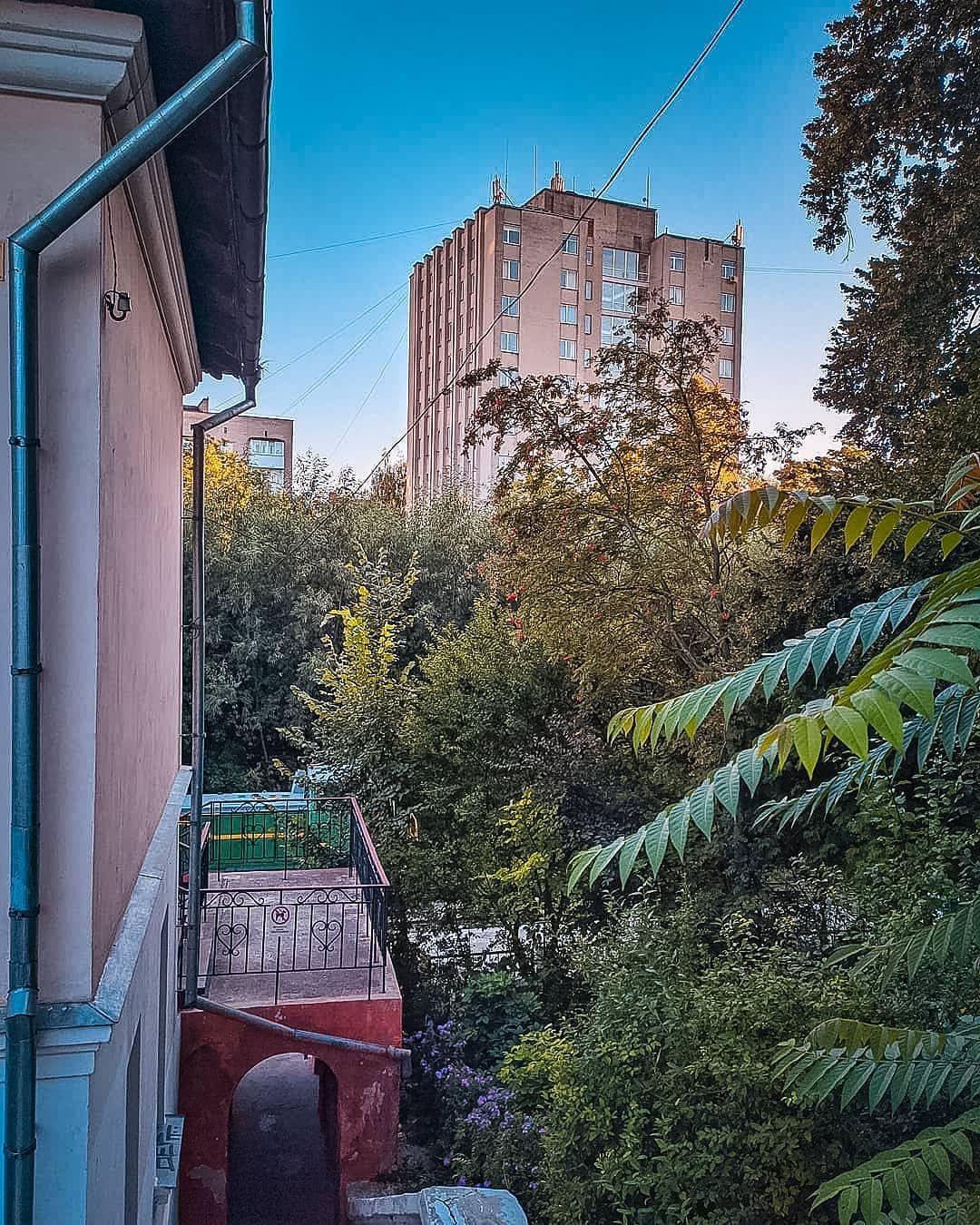 Міські контрасти... #summer #2020 #instalutsk #mylutsk #карантин2020 #trees #afterrain #lutsk_wow #lutsktogo #lutsktoday #lutsklife #photo #photos #pic #pics #picture #pictures #luckyman_lutsk #photooftheday #photogram #instagood #photooftheday #photoeveryday #beautiful #followme #follow #instagrammers @mylutsk #lutskcity