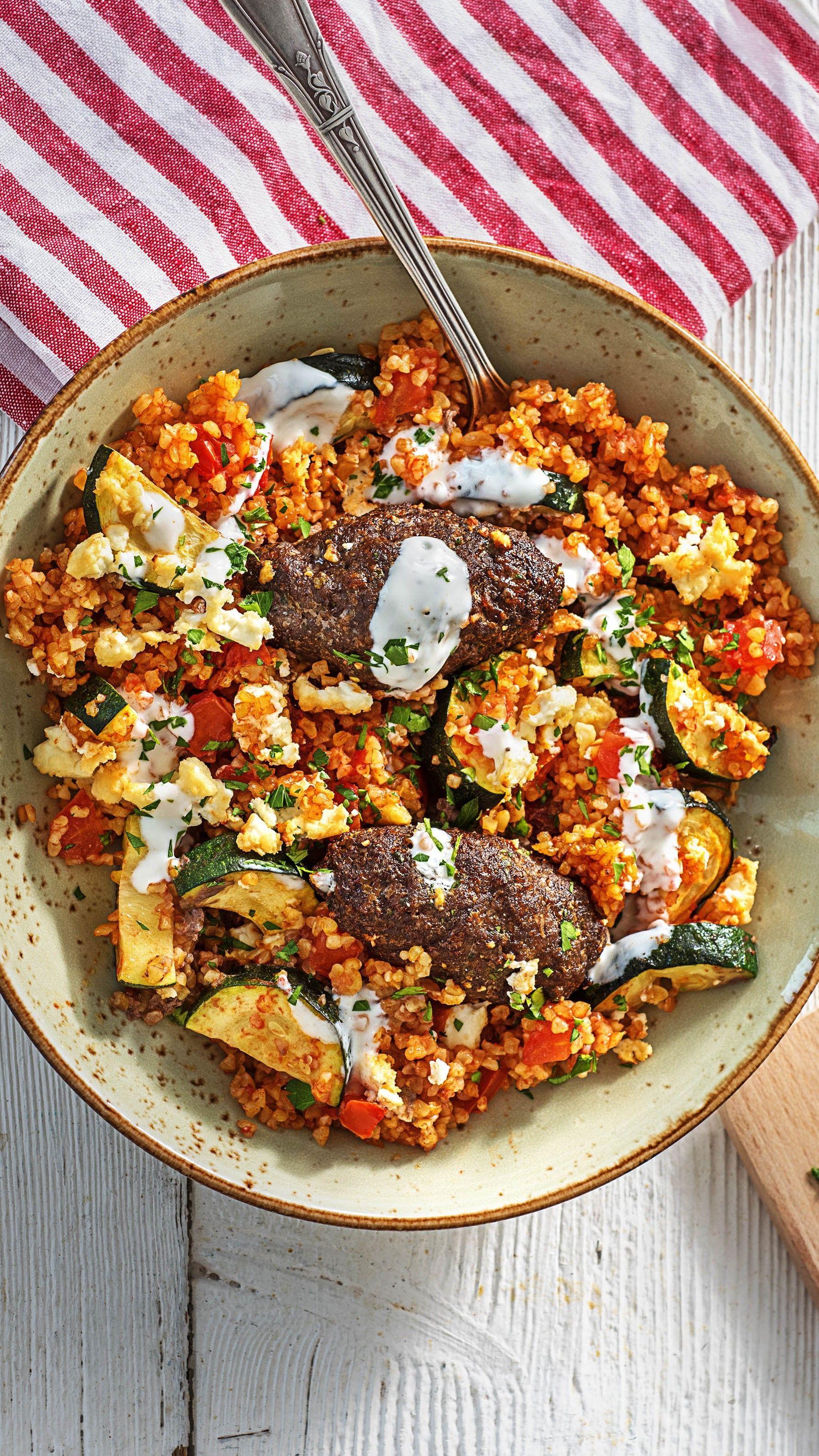 Köfte aus dem Ofen mit Bulgur, Zucchinigemüse und Hirtenkäse #interessen