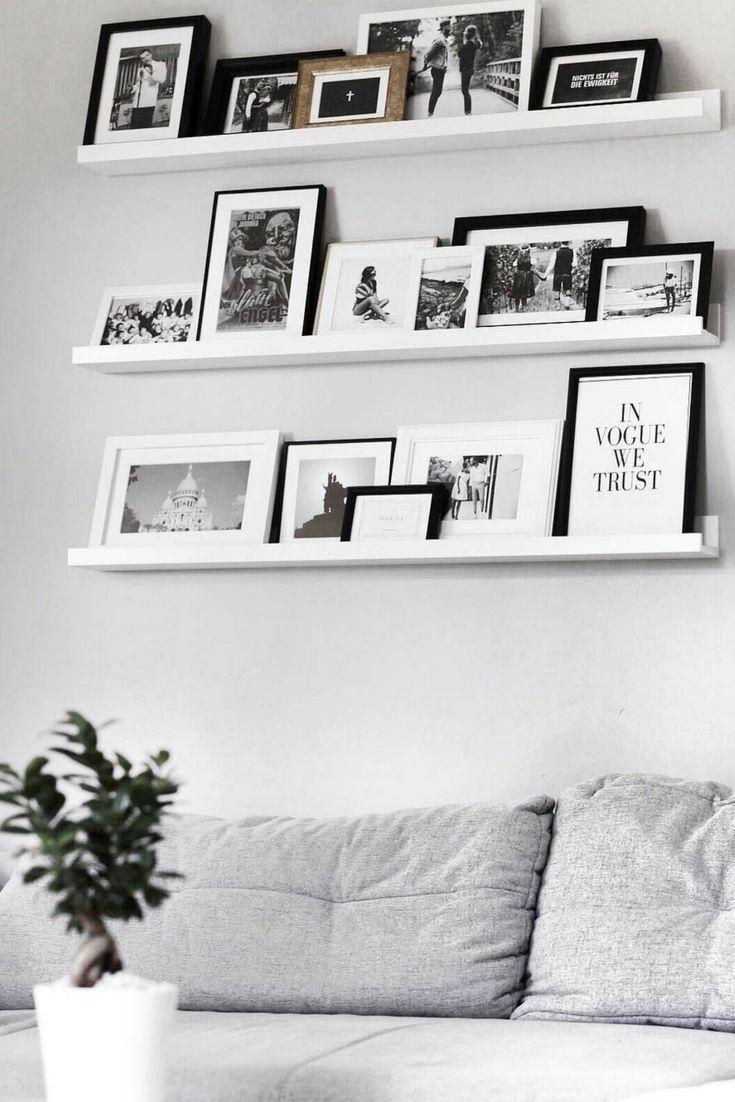 Indem man Pixum Wandbilder auf einer Bilderleiste dekoriert, lassen sich die Bil… - Fotowand ideen #wohnzimmerideenwandgestaltung