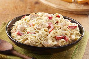 Pâtes Alfredo au pesto et au poulet - Ajouter du pesto à la sauce Alfredo - une délicieuse façon de renouveler ce classique.