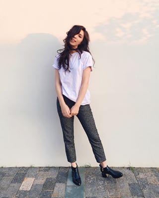 Camisetas básicas também dão uma variada na seriedade das calças sociais. | 11 ideias do que vestir se você simplesmente ama camiseta