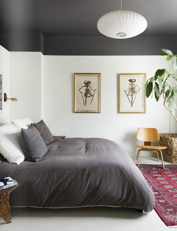 O pé direito alto deixa seu quarto frio? Experimente pintar o teto de uma cor escura.