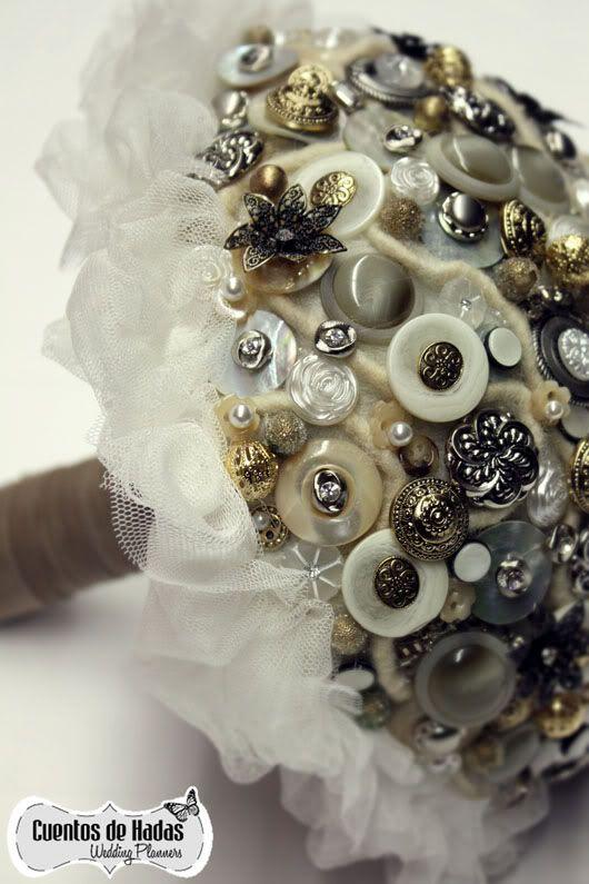Maravilloso ramo de novia con botones obra de Mayula flores a petición de @Bodas de Cuento