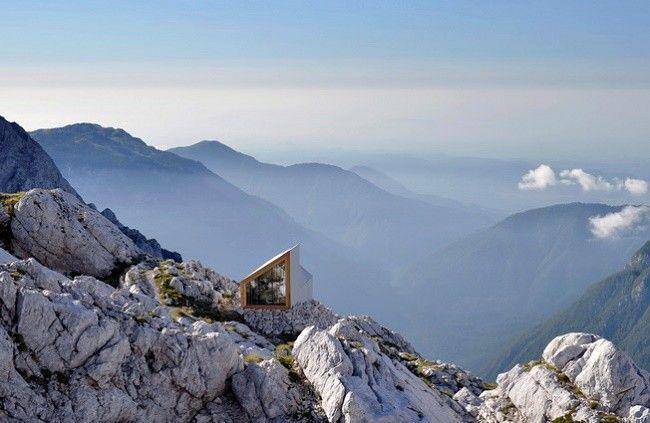 Refugio para alpinistas en una montaña eslovena. Proyecto del estudio Ofis Architects en colaboración con la universidad de Harvard. Las paredes son de cristal para poder ver el amanecer desde su interior.