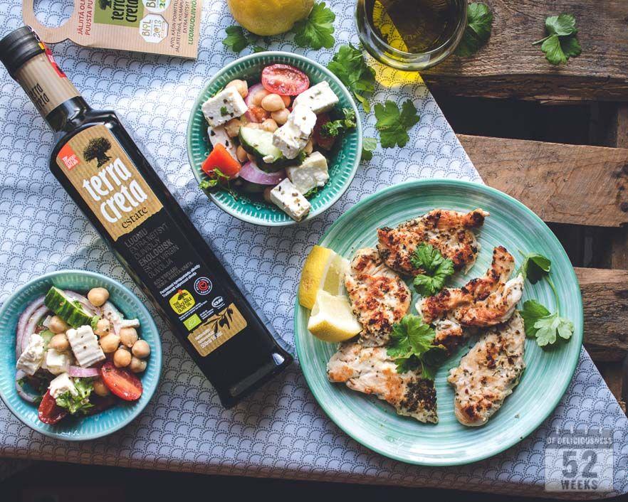 Kreikkalainen salaatti kikherneillä ja yrttikanaa