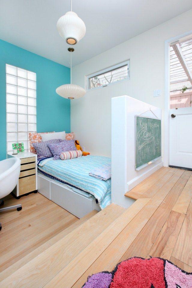 kinderzimmer wandfarbe trkis blau laminatboden heller holzton ausziehbett - Kinderzimmer Wandfarbe