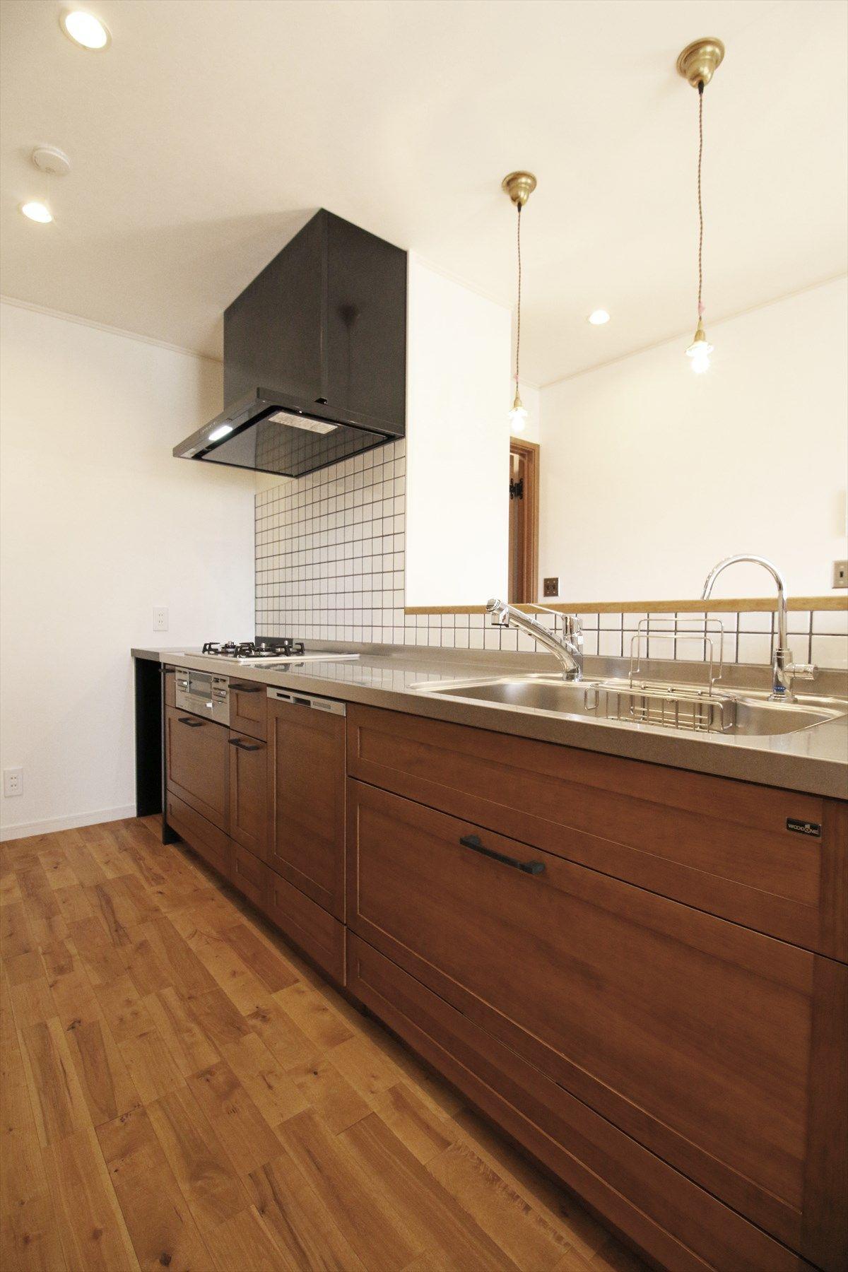 木のキッチン タイル ペンダントライト 無垢材 ナチュラル シンプル インテリア 注文住宅 Kitchen Wood Tile Light Natural Simple Interior House ジャストの家 Justnoie 家 キッチン キッチン床