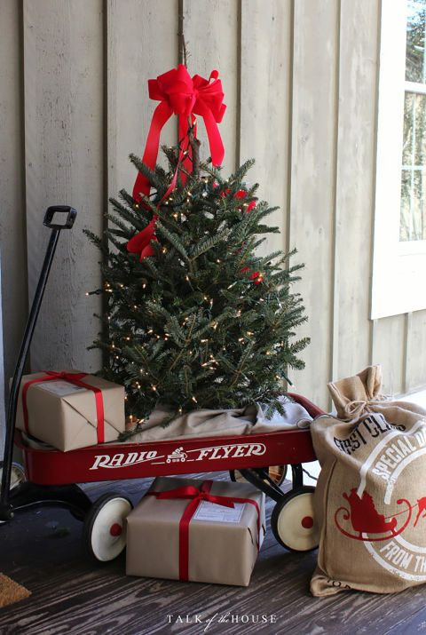 add a vintage touch to your front porch courtesy of a classic radio flyer wagon get the tutorial at talk of the house what youll need radio flyer wagon - Country Christmas Radio