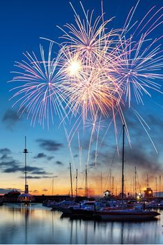It S Almost That Time 4th Of July Fireworks Over Water 花火 美しい風景 風景