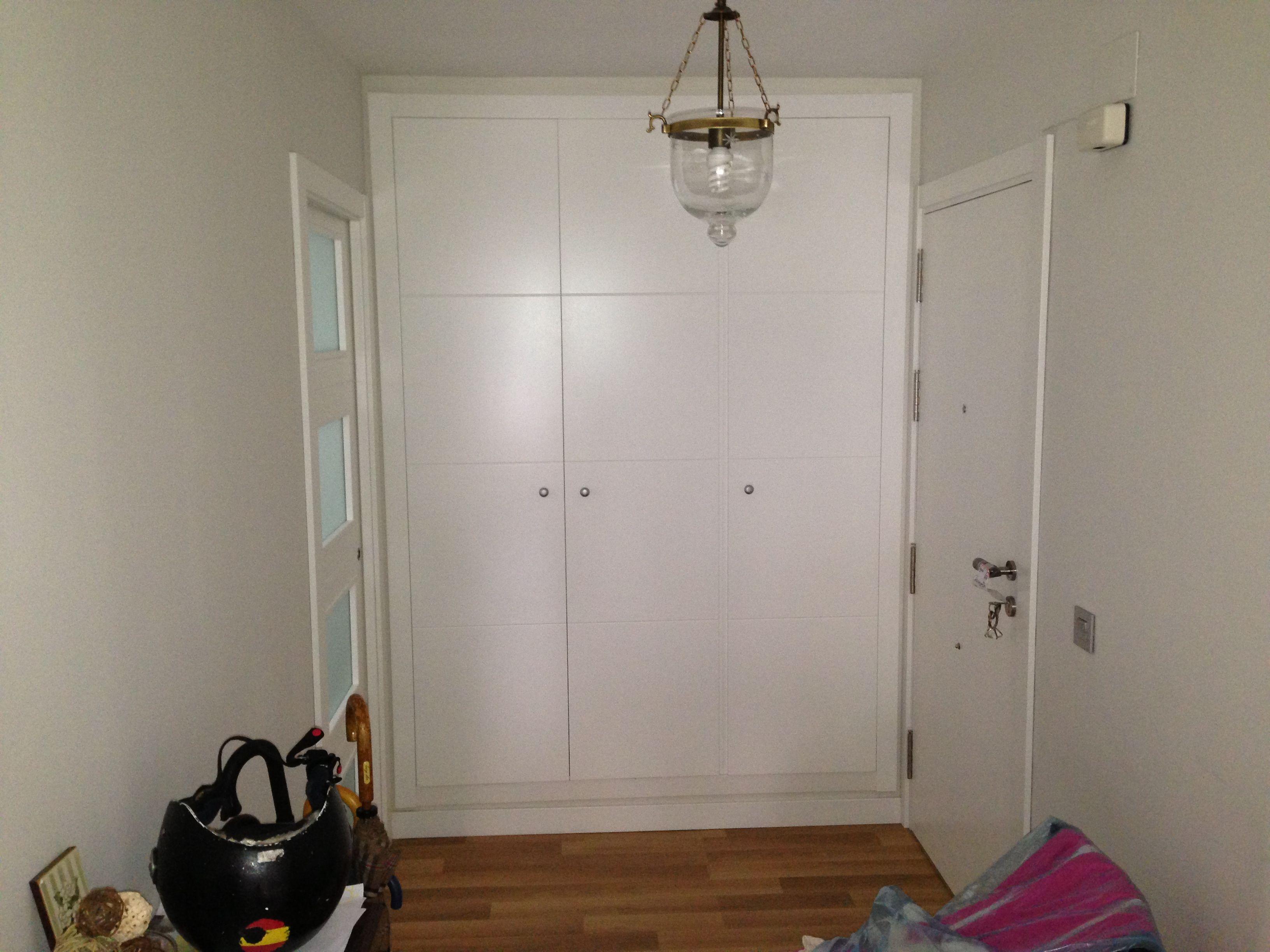 Entrada con puerta blindada lacada interior frente de for Armario de pared con entrada equipada