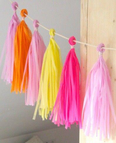 <p>DIY zijdevloei tassels 30 cm om de vrolijkste en mooiste slingers mee te maken. <br />De DIY tassels draai je eenvoudig in elkaar (instructie wordt bijgesloten), maak je eigen tassel slinger met jouw favoriete kleuren voor een verjaardagen, bruiloften of gewoon voor in huis.<br />Een tasselkoord van 2.4 m bestel je er los bij op dit koord blijvende tassel goed hangen, bestel circa 12 tassels voor een mooie gevulde slinger.</p>