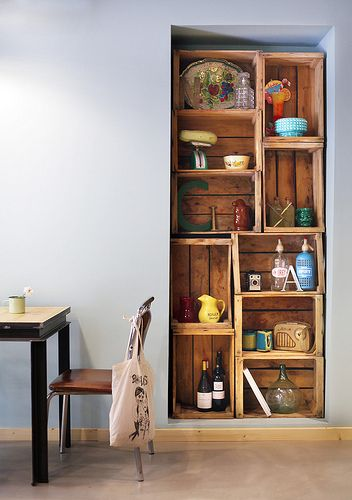 Estanter a con cajas de frutas y objetos vintage en el restaurante claxon cruce de cocinas - Estanterias con cajas de fruta ...