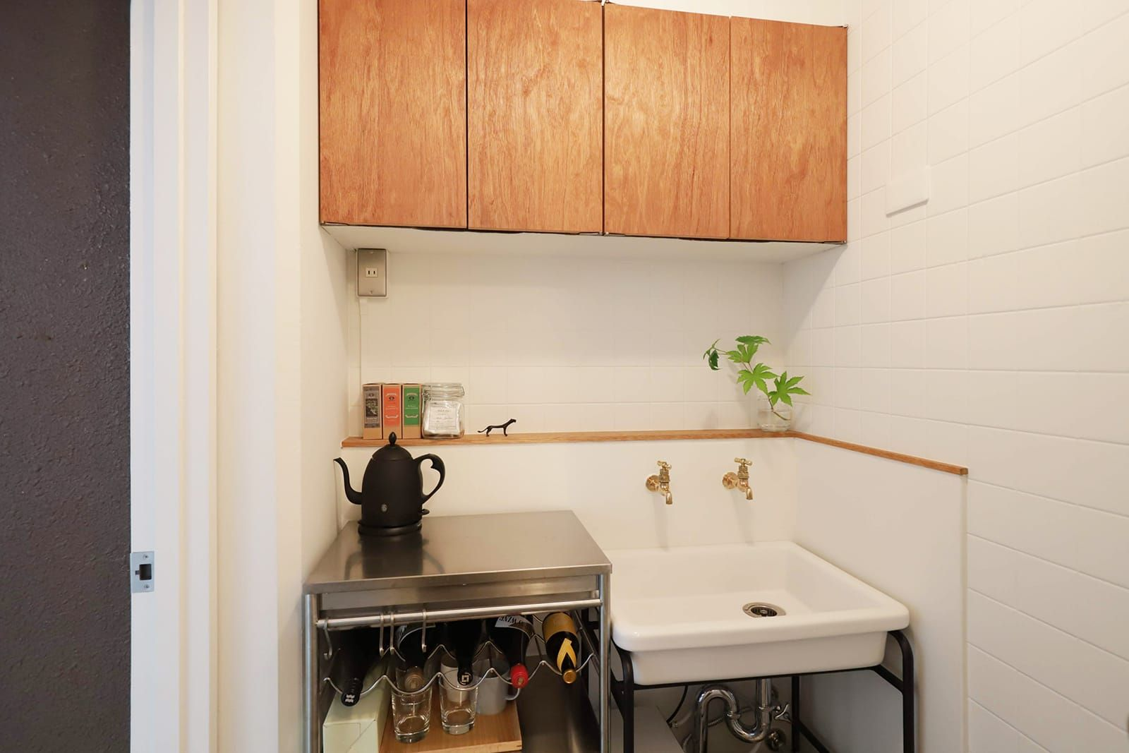 給湯室は アイアンスタンドシンク を導入し もともとあった吊り戸棚