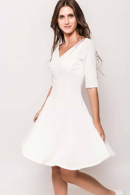 5d95a5a15928 Krátke biele áčkové šaty s výstrihom do V - Rouzit.sk