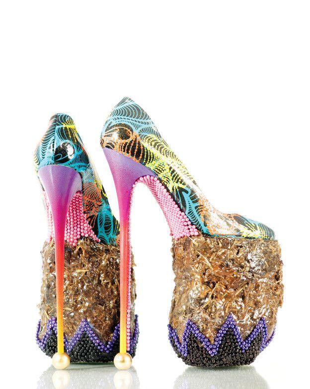 Sehr hohe, farbige Schuhe auf einer Elefantendung Sohle