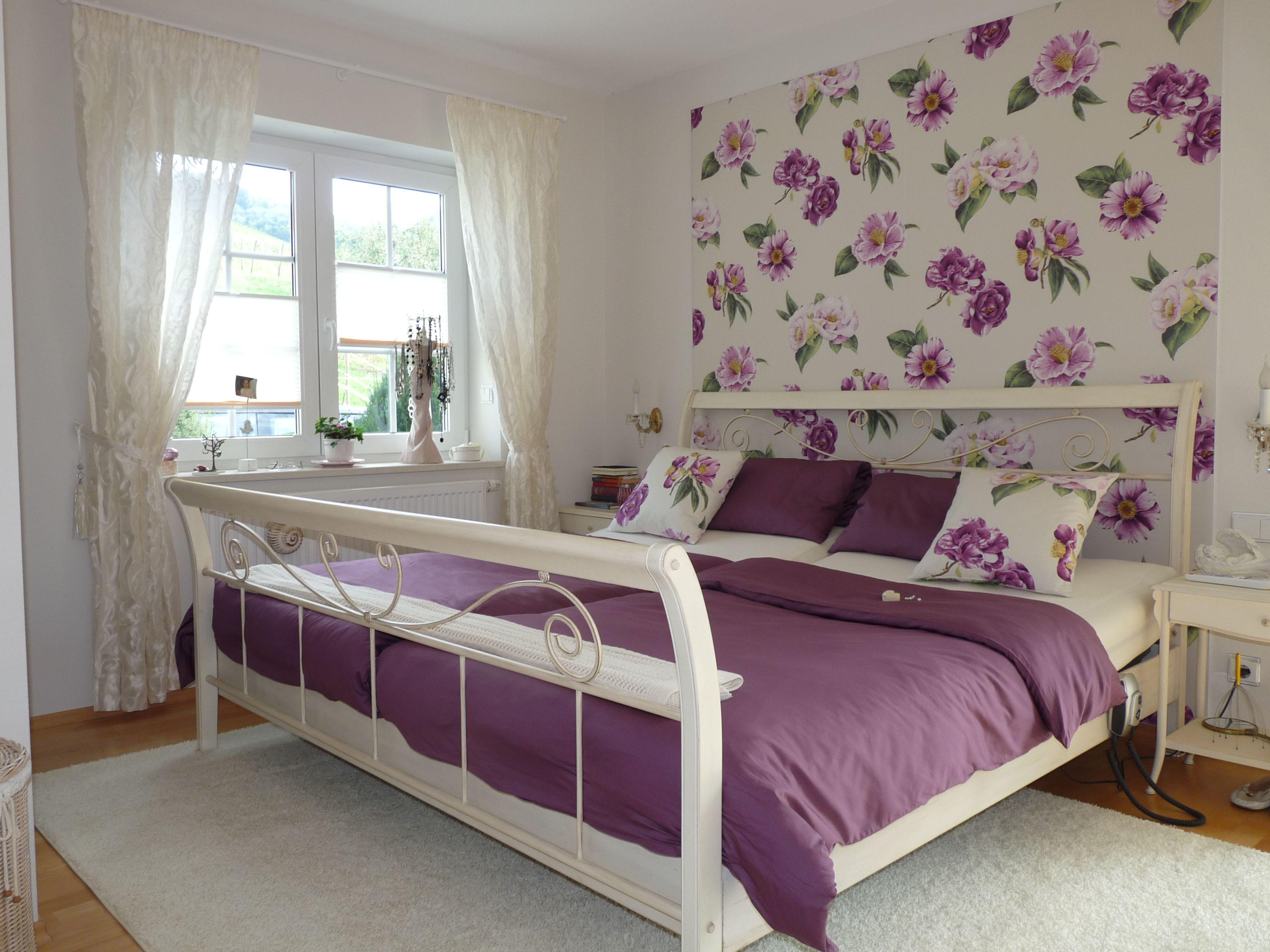 Schlafzimmer neu gestaltet mit einer Wandbespannung aus Stoff hinter dem Bett wandbespannung