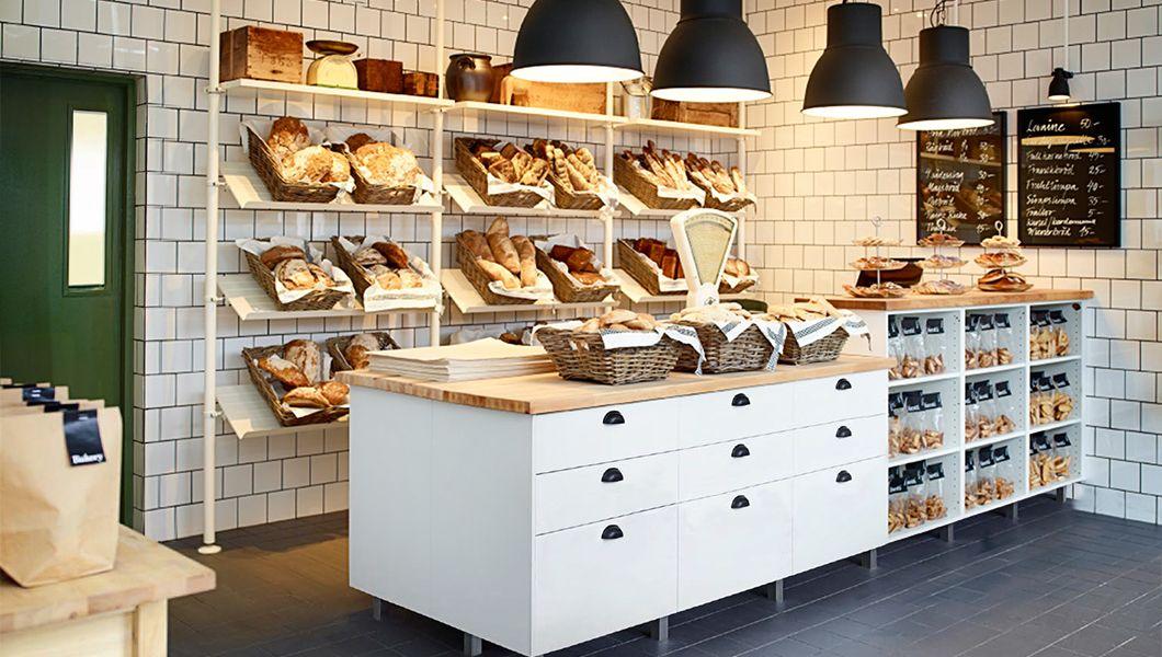 Una panadería con estantes blancos y muebles en blanco/abedul ...