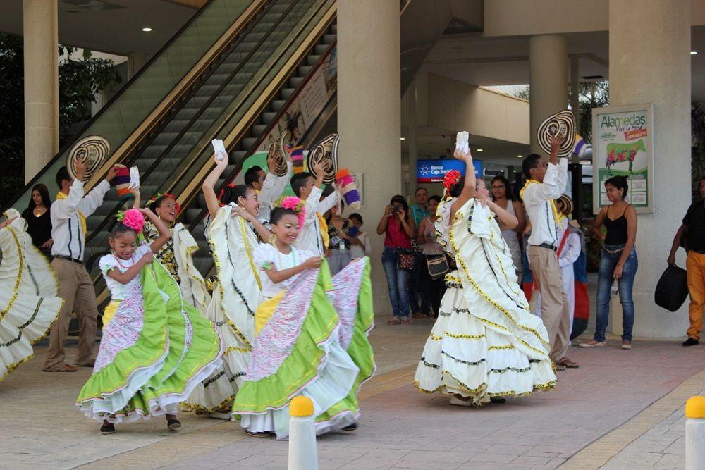 Porque #Siempre hay momentos para disfrutar nuestra #Feria #Ganadera Bailando a son de nuestro #Folclor... Así se vivieron las presentaciones Folclóricas en #Alamedas #SiempreContigo