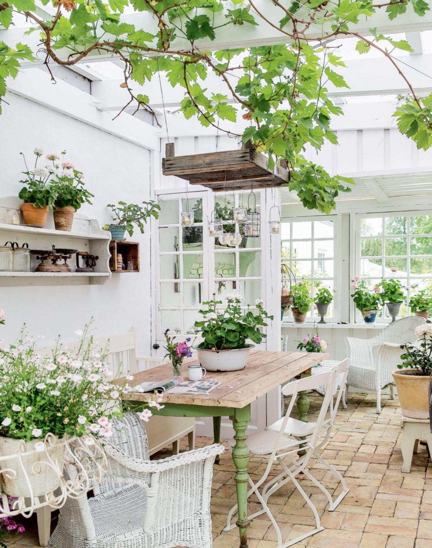 à faire  Garden room, Backyard, Outdoor rooms
