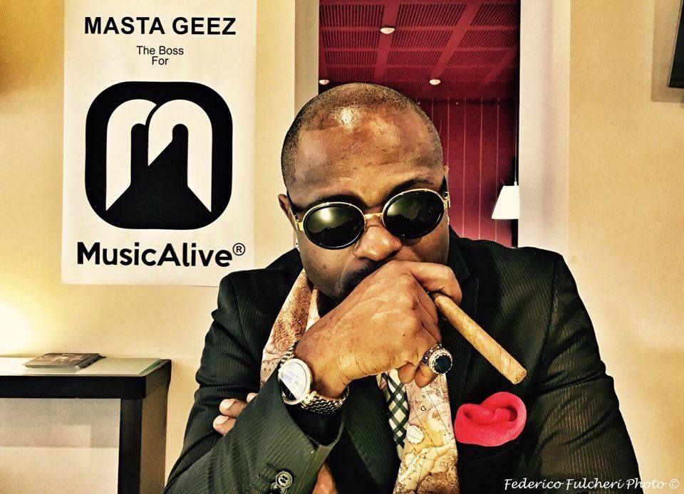 """Se supporti Masta Geez commenta con """"GEEZ+"""" questo post!   Lui è Masta Geez e se non lo conoscete è meglio che andate a vedere il suo canale YouTube (youtube.com/channel/UC6Y28PC--Z-coDOR4NKbhWQ) e seguirlo su FaceBook (facebook.com/Masta-Geez-338908299524271).  -> Se supporti Masta Geez commenta con """"GEEZ+"""" questo post!! <-  Seguici su:  Instagram: Musicaliveoff (www.instagram.com/musicaliveoff)  Pinterest: Musicaliveoff (www.pinterest.com/musicaliveoff)  GooglePlus: Music-Alive Official..."""