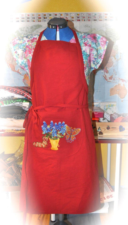 Tablier de jardin ou de cuisine rouge brodé bouquet bleu, papillon et chenille : Accessoires de maison par l-atelier-de-valphi