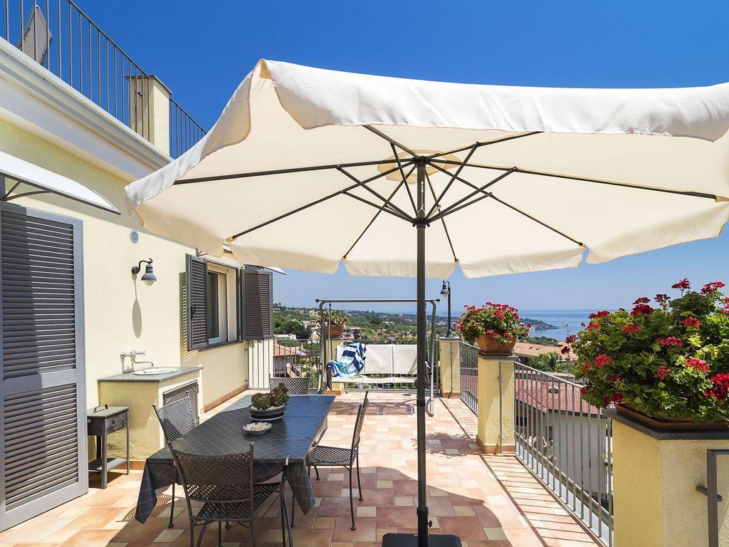 Appartamento ben arredato con 2 grandi terrazze vista mare ...
