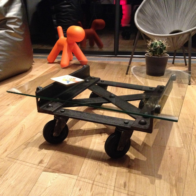 table basse industrielle m tal et verre sur roues. Black Bedroom Furniture Sets. Home Design Ideas