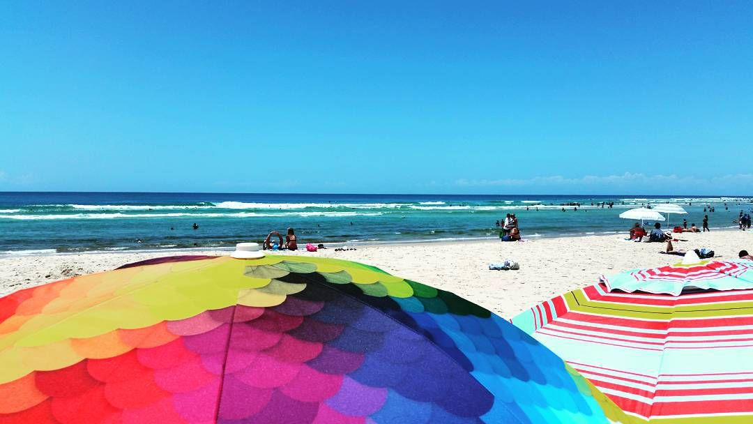 Set up #beachhangs #beachlife #coolangatta #snapperrocks #summer #basilbangs #fishscales #goldcoast #gc @basilbangs by clairelouise_de