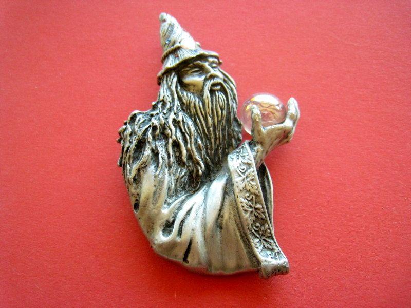 Grande broche Merlin l'enchanteur magicien 25 e.