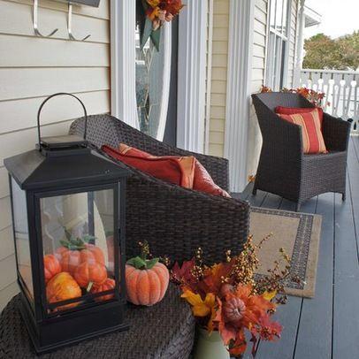 Autumn Decorating Design. Tyylikästä jälkeä tulee, kun käyttää saman värin eri sävyjä. Vaihda parvekkeen pehmusteiden värejä asetelmien mukaan.