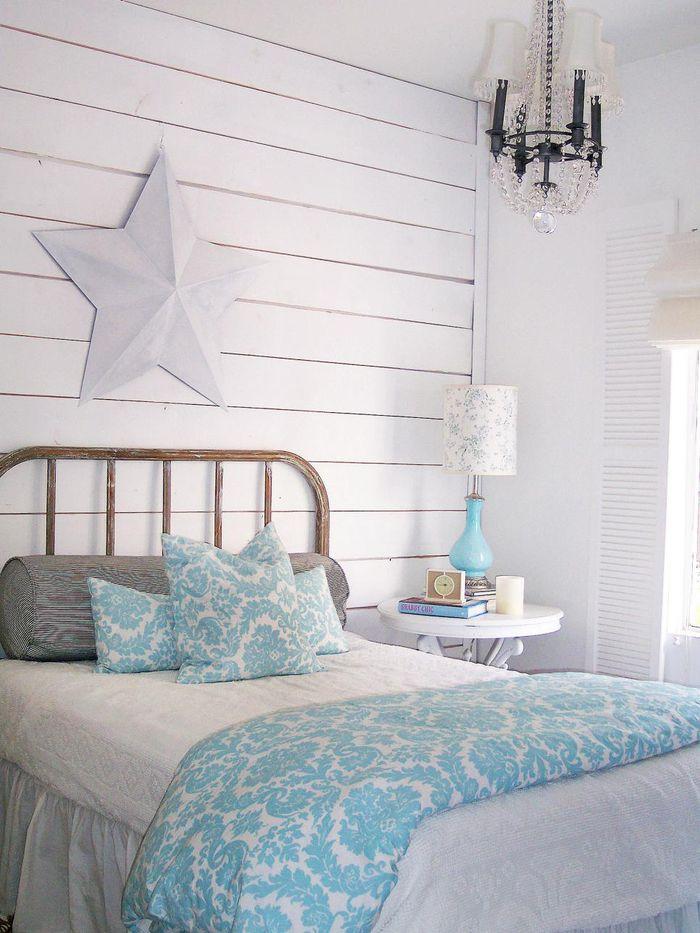 schlafzimmer in weiss, hellblaue decke und nachttischlampe, shabby, Schlafzimmer entwurf