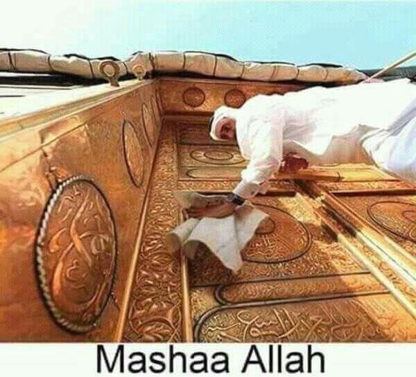 Luckiest Job In The World Cleaning The Door Of The Kaabathullah Mecca Islamic Heritage Khana Kaba Beautiful Mosques