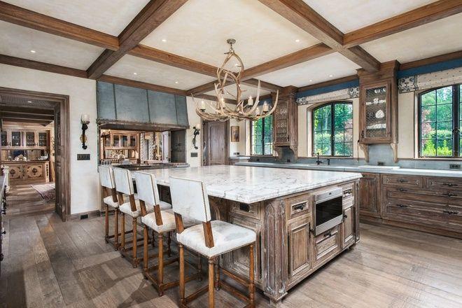 Phòng bếp cũng không kém phần độc đáo với sự kết hợp của gỗ …
