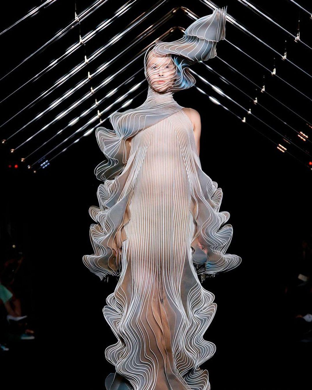 Iris Van Herpen Syntopia Parisfashionweek The Frozen Falls Gown And Headpiece Chronophotographic Lines Of Bird Wing Iris Van Herpen Fashion Dress Gift