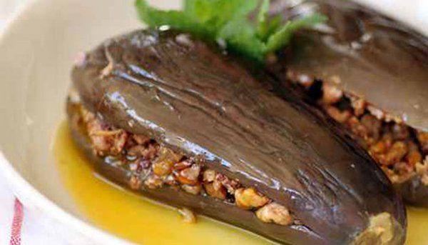 المكدوس من ألذ المخللات الشامية الباردة أعديه بالطريقة التقليدية واحتفظي به دائما لتقديمه كطبق مقبلات شهي على مائ Syrian Food Recipes Middle East Recipes