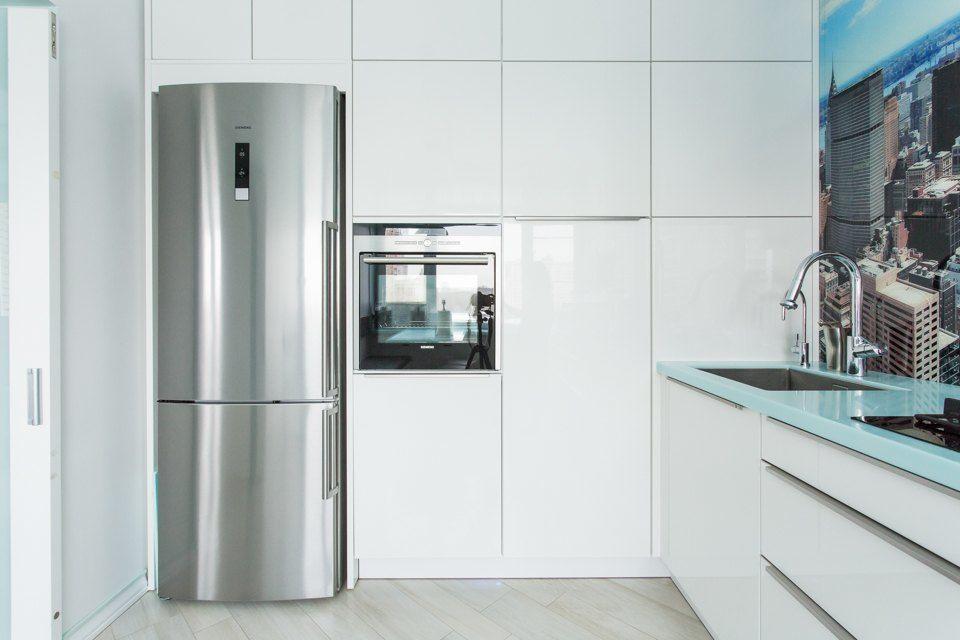 через фото кухонь с серебристым серым холодильником кешью