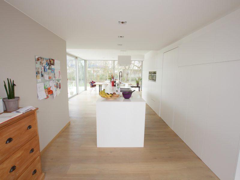 Leefkeuken met zichten keukenwand met deur in verwerkt