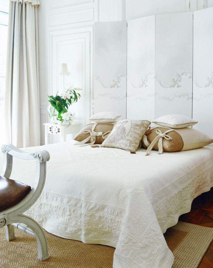 Vintage Schlafzimmer in Weiß, viele Deko Kissen, Vase mit Blumen - Deko Für Schlafzimmer