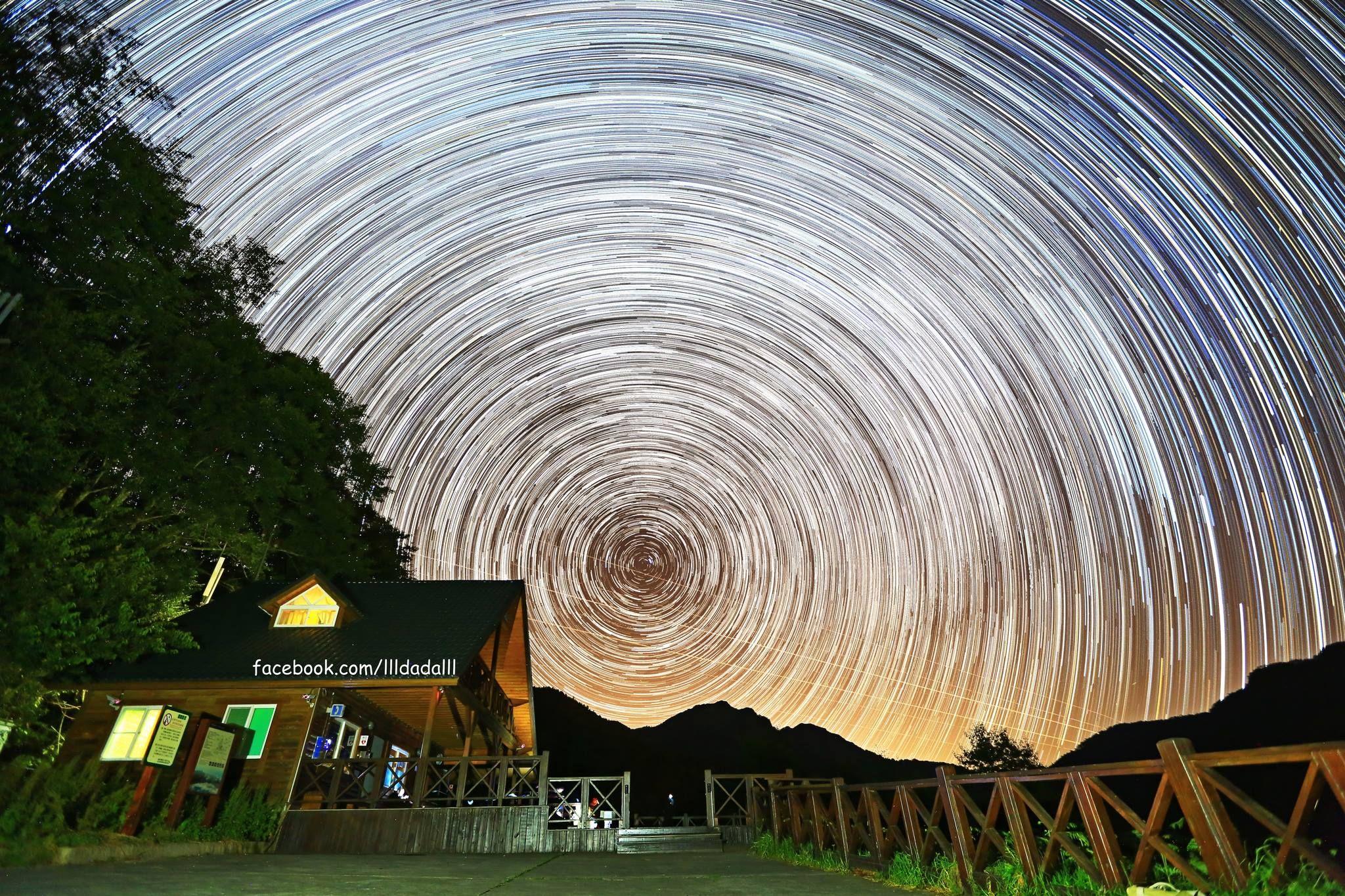 From FB 達達陳 攝影美學 甜甜圈木屋— 在雪山登山口 用長時間曝光,或間隔曝光.....這張照片用了192張疊圖,曝光總時間約102分鐘