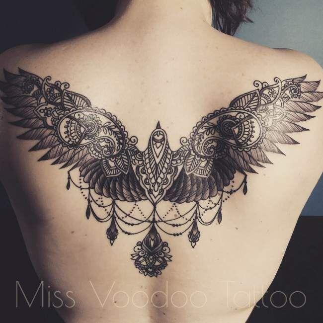 tatouage de femme : tatouage oiseau noir et gris sur dos