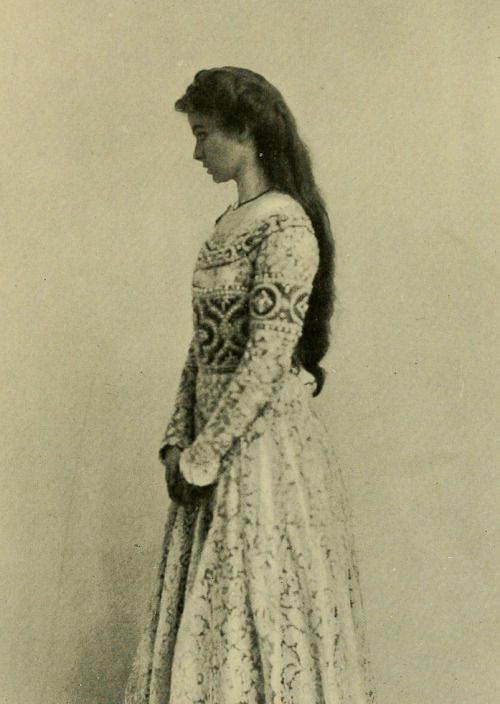 The actress Maude Adams (1872 – 1953) as Juliet. Photograph taken from 'Romeo and Juliet' by William Shakespeare. Photographs by Byron and Sarony.
