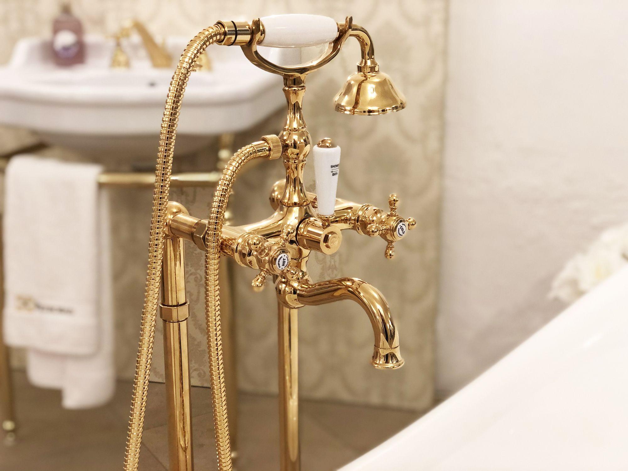 Bringen Sie Glanz In Ihr Badezimmer Mit Goldenen Armaturen Standarmatur Arcadia Bring Some Glamor To Your Bathroom With Go Armaturen Badewannenarmatur Bronze