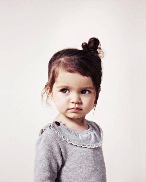 Fur Kleinere Kinder Seitlich Das Haar Zusammenstecken Frisur Kleinkind Frisur Kinder Madchen Kleinkind Frisuren Madchen