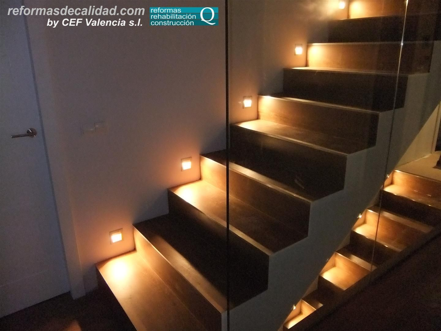 detalle de escalera con iluminaci n lateral en la construcci n de unifamiliar en la localidad. Black Bedroom Furniture Sets. Home Design Ideas