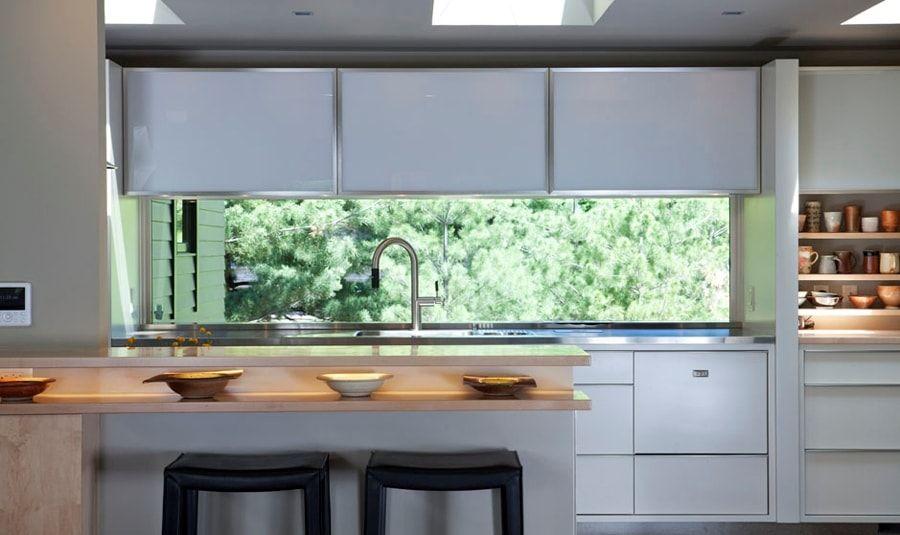 Quizás el sitio ideal para tener el fregadero en la cocina es debajo ...