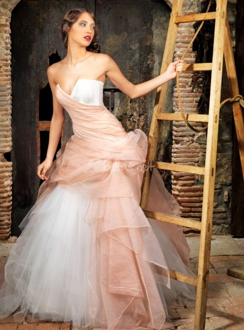Pink Champagne and White Wedding Dress by Jordi Dalmau | \