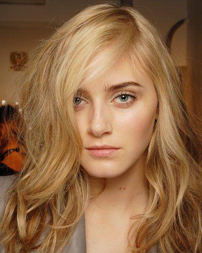 Toll für feines Haar: Haare über Kopf föhnen und Seitenscheitel abteilen. Mit etwas Stylingcreme durch die Spitzen fahren und fertig! (Bild: BST Photos)