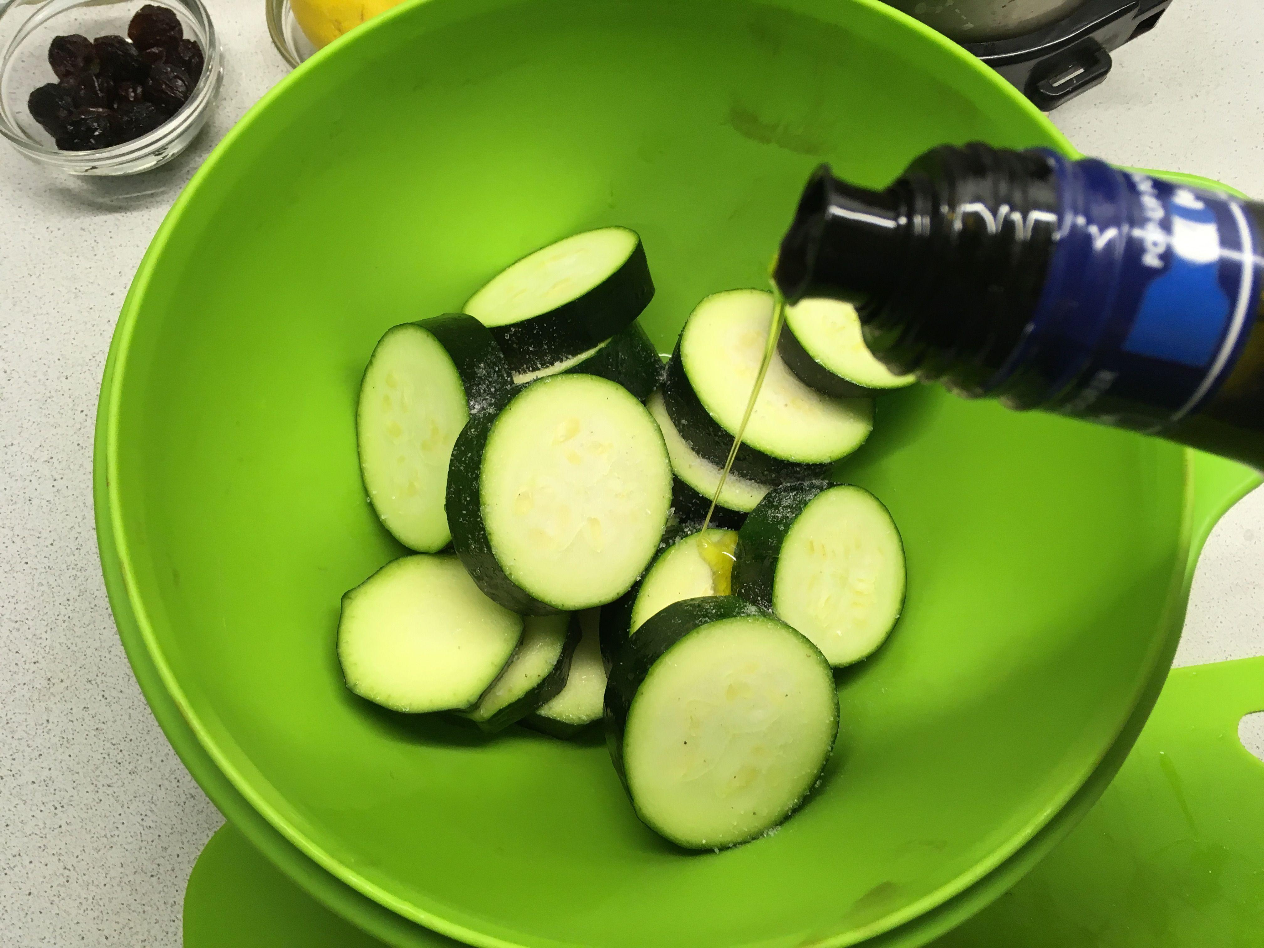 Баклажаны солим и поливаем оливковым маслом
